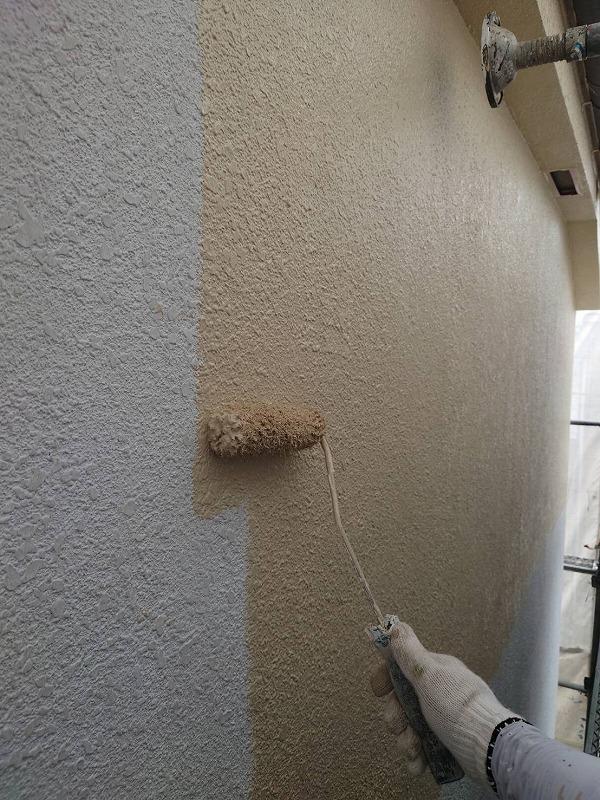 外壁の中塗り中です。(エスケー化研 水性セラミシリコン SR-113 )