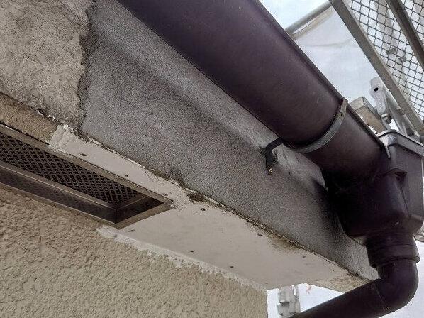 モルタルを新しく塗り直し、軒下も貼り直して補修完了です。この後は塗装をするので目立たなくなります。