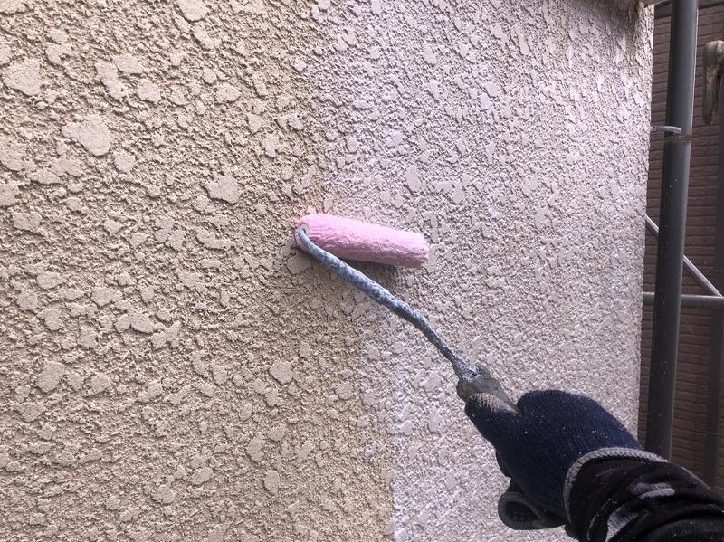 外壁の下塗り中です。(エスケー化研 水性ミラクシーラーエコ クリヤー)