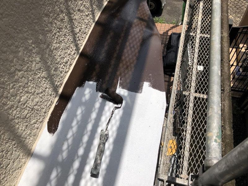 トタンヒサシも錆止めを塗装してから、トップコートで仕上げています。