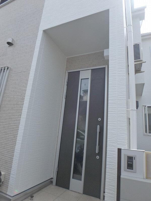塗り分けも丁寧に、玄関周りも美しく仕上がりました。