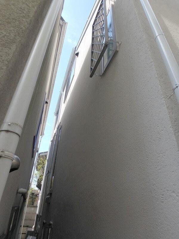 樋や配管などは外壁と同じ色調で塗装し、柔らかい雰囲気に仕上がりました。