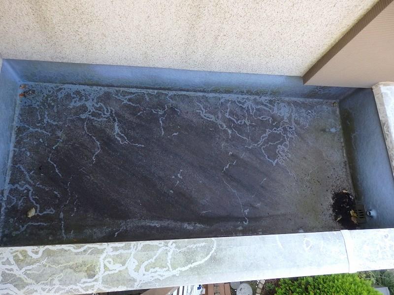 ベランダFRP防水は汚れで模様ができていました。