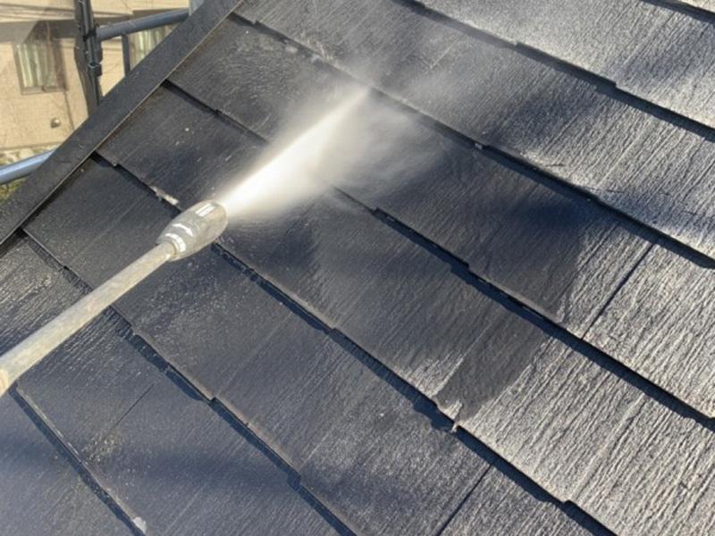 屋根の汚れを水圧で吹き飛ばしていきます。