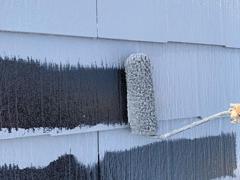 ダメ込みが終わったので、ローラーで一気に屋根を塗装していきます。