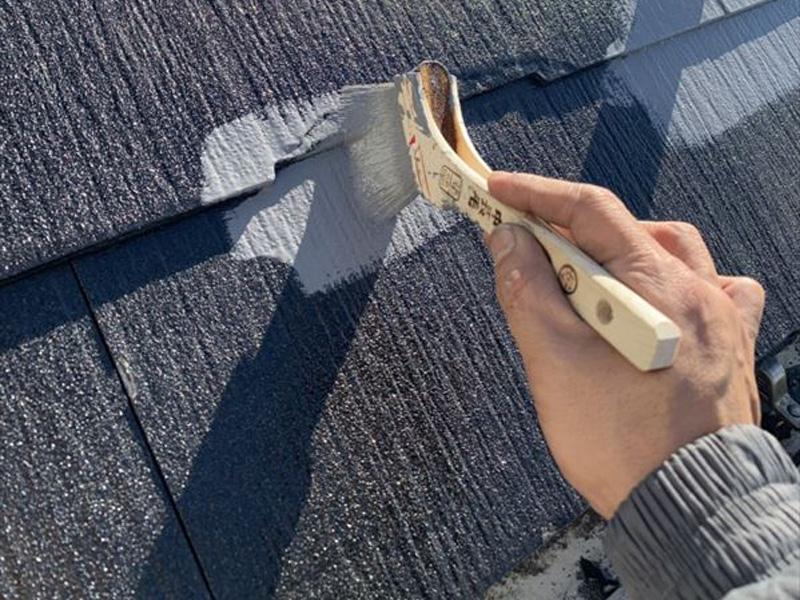 屋根の中塗りでは、失敗が少なくなるように、細かな部分を刷毛で塗っておきます。